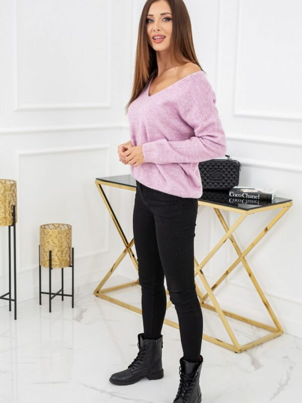 soft sweater with a subtle addition of wool with an original neckline ... on the back! Lace