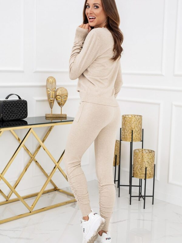 incredibly soft set that you will simply fall in love with. A thin long-sleeved sweater with beautifully finished sleeves