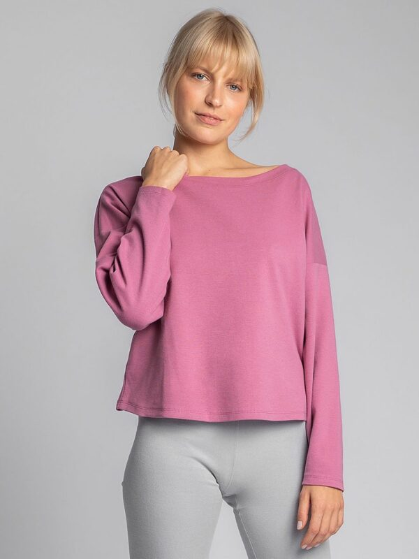 Shop In the embrace of cotton you will feel at home better. A loose fit hoodie with long sleeves and a light neckline is a good choice when it's time to relax. at www.amora-shopping.com