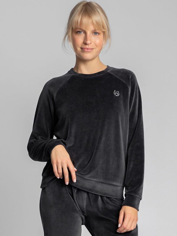 Shop A unique because it is a velor sweatshirt with raglan sleeves finished with cuffs and a decorative wolf embroidery on the chest. at www.amora-shopping.com